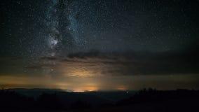 Γαλακτώδεις τρόπος και αστέρια στο έναστρο χρονικό σφάλμα νυχτερινού ουρανού απόθεμα βίντεο