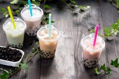 Γαλακτώδες τσάι φυσαλίδων με τα μαργαριτάρια ταπιόκας στο πλαστικό φλυτζάνι Στοκ Εικόνες
