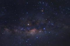 Γαλακτώδης γαλαξίας τρόπων με τα αστέρια και διαστημική σκόνη στον κόσμο, υψηλό στοκ φωτογραφίες