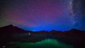Γαλακτώδης τρόπος επάνω από τον κρατήρα εσωτερικών Segara Anak λιμνών του βουνού Rinjani στο νυχτερινό ουρανό νησί της Ινδονησίας απόθεμα βίντεο