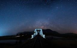 Γαλακτώδης τρόπος με τη γέφυρα στοκ φωτογραφία με δικαίωμα ελεύθερης χρήσης