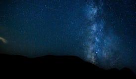 Γαλακτώδης τρόπος στα κόκκινα βουνά Xizi φλυάρων Στοκ Εικόνα