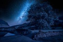Γαλακτώδης τρόπος στη λίμνη στη λίμνη περιοχής, Αγγλία τη νύχτα Στοκ Εικόνες