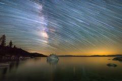 Γαλακτώδη ίχνη αστεριών τρόπων πέρα από τη λίμνη Tahoe σε Καλιφόρνια στοκ εικόνα