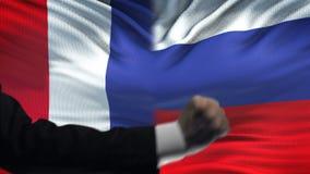 Γαλλία εναντίον της αντιμετώπισης της Ρωσίας, διαφωνία χωρών, πυγμές στο υπόβαθρο σημαιών φιλμ μικρού μήκους
