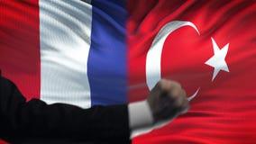 Γαλλία εναντίον της αντιμετώπισης της Τουρκίας, διαφωνία χωρών, πυγμές στο υπόβαθρο σημαιών απόθεμα βίντεο