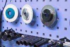 Γαλλικά κλειδιά και μέτρηση των εργαλείων στον τοίχο του καταστήματος επισκευής Στοκ φωτογραφίες με δικαίωμα ελεύθερης χρήσης