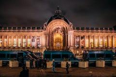 Γαλλικά φορτηγά αστυνομίας μπροστά από το Petit Palais στο Παρίσι τη νύχτα μετά από τις νύχτες των διαμαρτυριών από τα gilets jau στοκ εικόνες