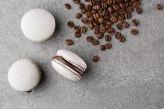 Γαλλικά macaroons με τα φασόλια καφέ r macaroon στον γκρίζο τόνο Τρία όμορφα macaroons σε γκρίζο στοκ εικόνα με δικαίωμα ελεύθερης χρήσης