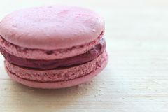 Γαλλική γλυκιά λιχουδιά, macaroons κινηματογράφηση σε πρώτο πλάνο ποικιλίας Macaroons κέικ που απομονώνεται σε ένα ελαφρύ υπόβαθρ στοκ εικόνα με δικαίωμα ελεύθερης χρήσης