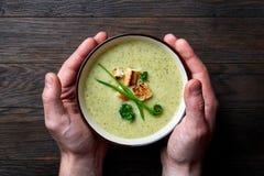Γαλλική σούπα κρέμας με τα mushroums στο χέρι ατόμων Στοκ φωτογραφία με δικαίωμα ελεύθερης χρήσης