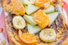 Γαλλική φρυγανιά με την μπανάνα, τη Apple και το πορτοκάλι Στοκ Φωτογραφίες
