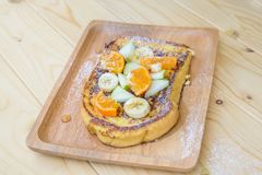 Γαλλική φρυγανιά με την μπανάνα, τη Apple και το πορτοκάλι Στοκ Φωτογραφία