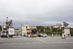 Γαλλικοί λαοί που οδηγούν και που με τους ταξιδιώτες που περπατούν και το δρόμο κυκλοφορίας Στοκ Εικόνες