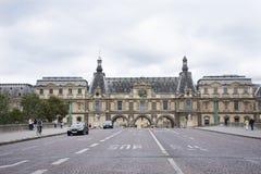 Γαλλικοί λαοί που οδηγούν και που με τους ταξιδιώτες που περπατούν και το δρόμο κυκλοφορίας στο μέτωπο Musee du Λούβρο Στοκ Εικόνα