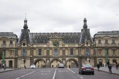 Γαλλικοί λαοί που οδηγούν και που με τους ταξιδιώτες που περπατούν και το δρόμο κυκλοφορίας στο μέτωπο Musee du Λούβρο Στοκ φωτογραφίες με δικαίωμα ελεύθερης χρήσης
