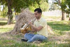 Γαλλικός κέρατων κλασσικός μουσικός hornist ατόμων οργάνων μουσικής φορέων παίζοντας στοκ φωτογραφίες