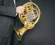 Γαλλικός φορέας κέρατων Κέρατο οργάνων μουσικής στα χέρια του ατόμου hornist Α σε ένα κοστούμι με ένα μουσικό όργανο στοκ εικόνα με δικαίωμα ελεύθερης χρήσης