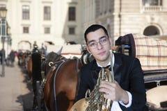 Γαλλικός φορέας κέρατων Όργανο μουσικής ορχηστρών ορείχαλκου παιχνιδιού Hornist Πορτρέτο στο υπόβαθρο της πόλης στοκ φωτογραφία με δικαίωμα ελεύθερης χρήσης