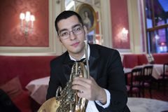 Γαλλικός φορέας κέρατων Όργανο μουσικής ορχηστρών ορείχαλκου παιχνιδιού Hornist Πορτρέτο στο υπόβαθρο της πόλης στοκ φωτογραφίες με δικαίωμα ελεύθερης χρήσης