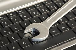 Γαλλικό κλειδί που βρίσκεται στο πληκτρολόγιο υπολογιστών που συμβολίζει τη συντήρηση ΤΠ στοκ φωτογραφία με δικαίωμα ελεύθερης χρήσης