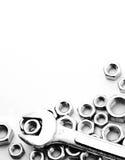 Γαλλικό κλειδί στα καρύδια - και - μπουλόνια Στοκ Εικόνες