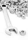 Γαλλικό κλειδί στα καρύδια - και - μπουλόνια Στοκ φωτογραφία με δικαίωμα ελεύθερης χρήσης