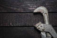 Γαλλικό κλειδί σωλήνων στο σκοτεινό ξύλινο πίνακα με το διάστημα αντιγράφων Στοκ φωτογραφίες με δικαίωμα ελεύθερης χρήσης