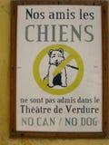 Γαλλικό σημάδι Riviera που απαγορεύει τα σκυλιά Στοκ φωτογραφία με δικαίωμα ελεύθερης χρήσης