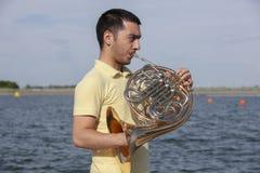 Γαλλικό όργανο κέρατων Ο φορέας δίνει το όργανο ορείχαλκου μουσικής κέρατων παιχνιδιού στοκ εικόνες