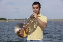 Γαλλικό όργανο κέρατων Ο φορέας δίνει το όργανο ορείχαλκου μουσικής κέρατων παιχνιδιού στοκ φωτογραφία