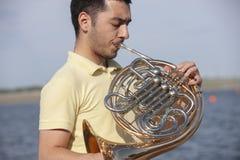 Γαλλικό όργανο κέρατων Ο φορέας δίνει το όργανο ορείχαλκου μουσικής κέρατων παιχνιδιού στοκ φωτογραφίες