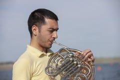 Γαλλικό όργανο κέρατων Ο φορέας δίνει το όργανο ορείχαλκου μουσικής κέρατων παιχνιδιού στοκ εικόνα με δικαίωμα ελεύθερης χρήσης