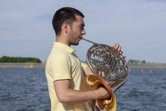 Γαλλικό όργανο κέρατων Ο φορέας δίνει το όργανο ορείχαλκου μουσικής κέρατων παιχνιδιού στοκ φωτογραφία με δικαίωμα ελεύθερης χρήσης