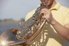 Γαλλικό όργανο κέρατων Ο φορέας δίνει το όργανο ορείχαλκου μουσικής κέρατων παιχνιδιού στοκ φωτογραφίες με δικαίωμα ελεύθερης χρήσης