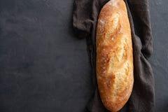 Γαλλικό baguette σε ένα σκοτεινό υπόβαθρο διάστημα αντιγράφων Στοκ Εικόνες