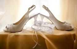 Γαμήλια άσπρα παπούτσια και garter δαντελλών νυφών ` s Στοκ φωτογραφίες με δικαίωμα ελεύθερης χρήσης