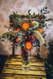 Γαμήλια αγροτική ανθοδέσμη των ξηρών λουλουδιών στην καρέκλα στοκ φωτογραφία