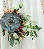 Γαμήλια ανθοδέσμη, αποκλειστική, πλούσια νύφη σχεδίου που κρατά τη γαμήλια ανθοδέσμη, κινηματογράφηση σε πρώτο πλάνο Στοκ εικόνες με δικαίωμα ελεύθερης χρήσης