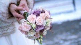 Γαμήλια ανθοδέσμη κινηματογραφήσεων σε πρώτο πλάνο στα χέρια της νύφης γαμήλιος χειμώνας νεόνυμφων νυφών υπαίθρια απόθεμα βίντεο