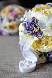Γαμήλια ανθοδέσμη με δύο χρυσά δαχτυλίδια Στοκ Εικόνα