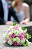 Γαμήλια ανθοδέσμη με δύο χρυσά δαχτυλίδια Στοκ φωτογραφία με δικαίωμα ελεύθερης χρήσης