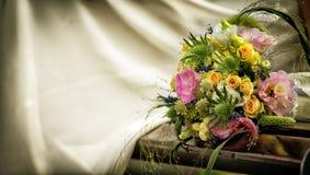 Γαμήλια ανθοδέσμη με τα τριαντάφυλλα σε έναν ξύλινο πάγκο στοκ εικόνα με δικαίωμα ελεύθερης χρήσης