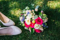 Γαμήλια ανθοδέσμη με το tuflmi που βρίσκεται στη χλόη στοκ φωτογραφία με δικαίωμα ελεύθερης χρήσης