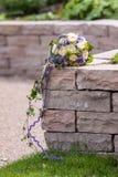 Γαμήλια ανθοδέσμη στον τοίχο ψαμμίτη Στοκ Εικόνες