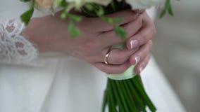 Γαμήλια ανθοδέσμη της Νίκαιας στο χέρι νυφών ` s συνδετήρας Fiancee σε ένα όμορφο άσπρο φόρεμα που κρατά μια όμορφη ανθοδέσμη του απόθεμα βίντεο