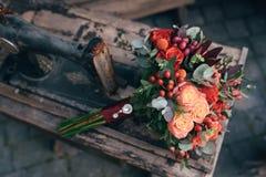 Γαμήλια ανθοδέσμη της νύφης - τα ζωηρόχρωμα λουλούδια οδοντώνουν τα τριαντάφυλλα στον πίνακα στο γάμο Στοκ φωτογραφία με δικαίωμα ελεύθερης χρήσης
