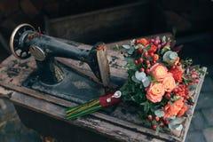 Γαμήλια ανθοδέσμη της νύφης - τα ζωηρόχρωμα λουλούδια οδοντώνουν τα τριαντάφυλλα στον πίνακα στο γάμο Στοκ φωτογραφίες με δικαίωμα ελεύθερης χρήσης