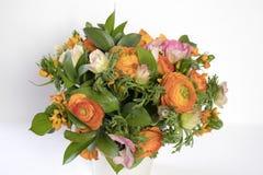 Γαμήλια ανθοδέσμη των νεραγκουλών, anemones και Ruscus Στοκ Εικόνες