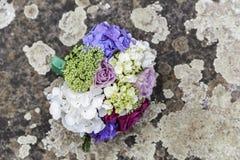 Γαμήλια ανθοδέσμη των τριαντάφυλλων στο έδαφος στοκ φωτογραφία